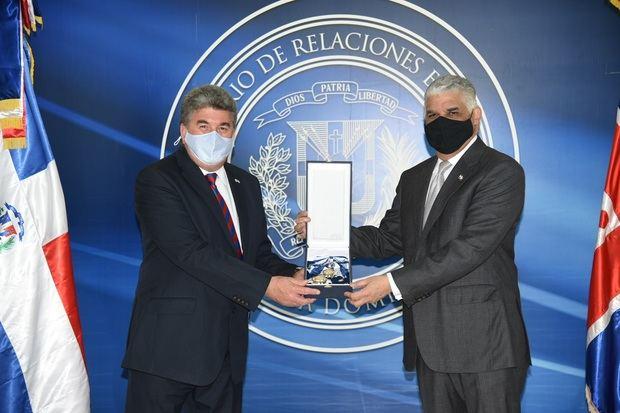 Canciller Miguel Vargas impone condecoración embajador británico