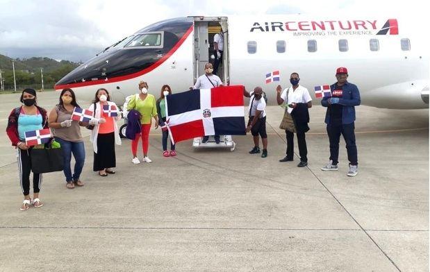 Arriban al país otros 49 dominicanos que estaban varados en varios países