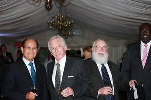 El embajador de Laos, Lord Brennan, Acisclo Valladares embajador de Guatemala y Bocchit Edmond embajador de Haití.