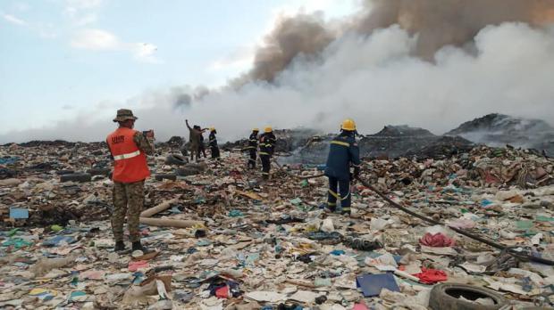 Alcaldes constatan situación del incendio en el vertedero de Duquesa