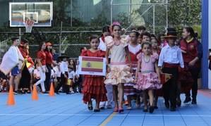 Estudiantes representan España.