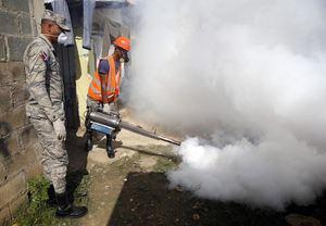 Imagen de archivo de miembros de la Fuerza Aérea Dominicana, FAD, fumigan durante la jornada nacional preventiva en contra del virus del Zika, transmitido por el mosquito 'Aedes aegypti', el mismo que contagia el dengue, la chikunguña y la fiebre amarilla.