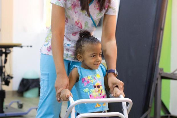 Niña de la Fundación Nido para Ángeles mientras recibe sus terapias.