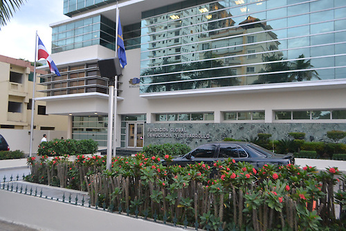 Parte frontal del edificio de la Fundación Global Democracia y Desarrollo (Funglode).