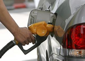 Bajan precios de la gasolina
