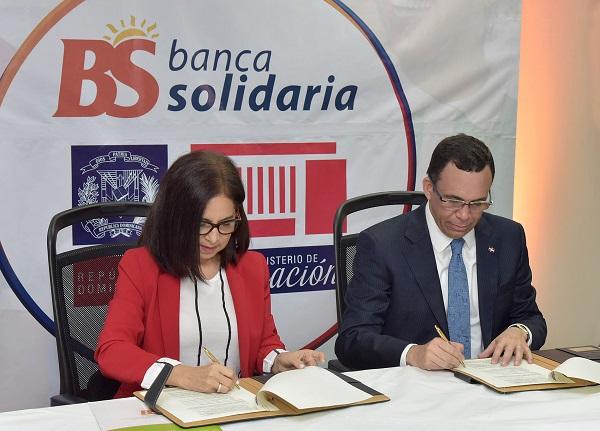 Andrés Navarro firma acuerdo con Banca Solidaria para impulsar emprendimiento en liceos y politécnicos