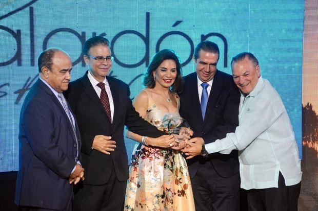 Frank y Haydée Rainieri en el momento de recibir uno de los galardones de manos del ministro de Turismo.