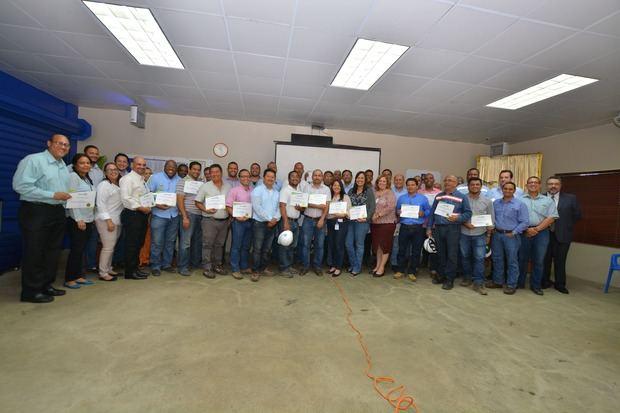 Gerentes del CAEI reciben diplomas.
