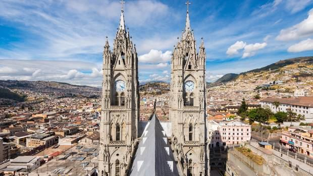 En lo alto de las nubes en los Andes y rodeada por los picos nevados de dos volcanes activos, pocas ciudades tienen un escenario tan espectacular como Quito. El Centro Histórico de la capital ecuatoriana, del siglo XVI, no solo es el centro colonial más grande y mejor conservado de América Latina, sino que también es la primera ciudad del mundo declarada Patrimonio de la Humanidad por la UNESCO.