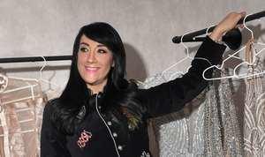 Esta diseñadora de modas ha presentado innumerables desfiles en diversos escenarios de Latinoamérica  y Estados Unidos, de manera presencial y virtual, junto a sus ya reconocidas figuras, que la prefieren para las establecidas alfombras rojas.