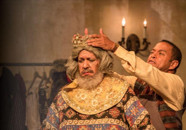 El Señor, interpretado por el actor Giovanny Cruz junto a Exmin Carvajal, Norman, en la obra 'El Vestidor'.