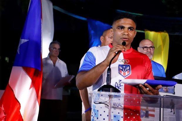 Gómez, luchador nacido en República Dominicana, recibe bandera de Puerto Rico