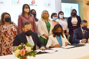 Omar Rivera, Amarilys Duran e Ignacio Glass firman el acuerdo. Detrás parte de la directiva FEM.