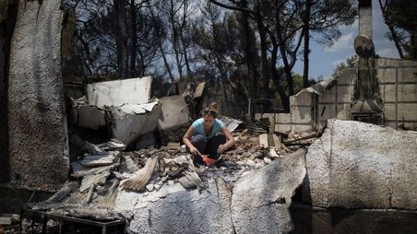 Grecia se vuelca en la búsqueda de desaparecidos tras trágicos incendios