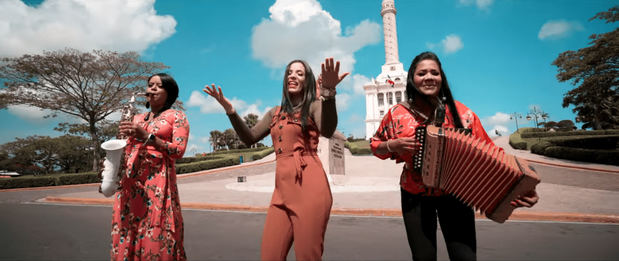 La vocalista de Alfareros, Felina Tejada, en la interpretación de Guerreras, merengue típico que homenajea 20 mujeres supervivientes de tragedias, enfermedades y violencia, de Santiago.