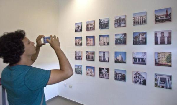 Decenas de personas asisten a la exposición 'Soñar La Habana'.
