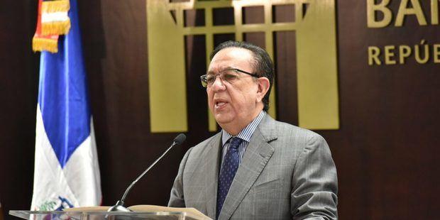 Gobernador Valdez Albizu llama a las entidades bancarias a bajar la tasa de interés a sus clientes