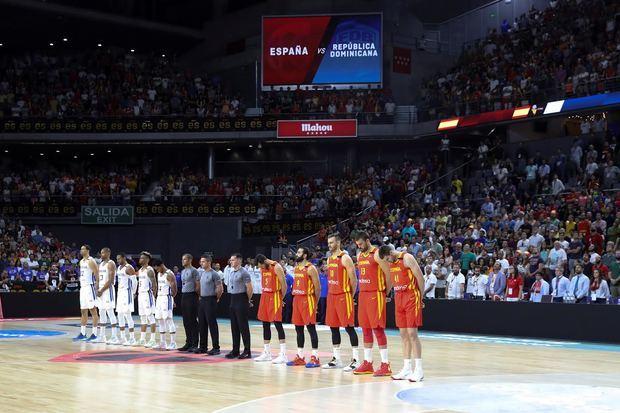 Los jugadores de España (d) y la República Dominicana durante el homenaje al exjugador de baloncesto Cándido 'Chicho' Sibilio, recientemente fallecido, momentos antes del partido amistoso este jueves en el Wizink Center de Madrid.