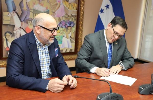 Canciller hondureño, Lisandro Rosales, en presencia del embajador de la República Dominicana en esa nación centroamericana, Marino Berigüete.