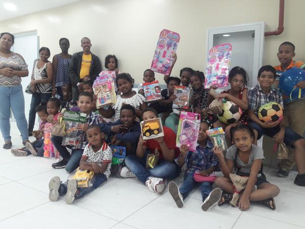 Más de 300 niños reciben juguetes en el Moscoso Puello