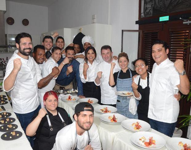 Martín Berasategui junto al equipo de chefs locales que le acompañaron durante la cena.