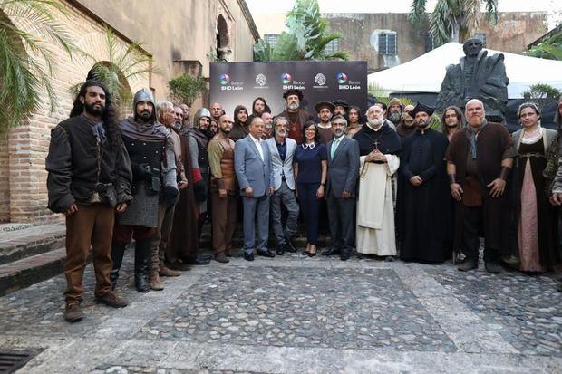 Huchi Lora, José Pintor, Josefina Navarro y Gabriel Tineo junto a los actores vestidos de época para la filmación.
