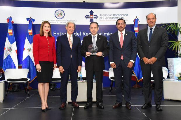"""Viceministro Hugo Rivera recibe reconocimiento """"Funcionario del Año"""" de Adoexpo"""