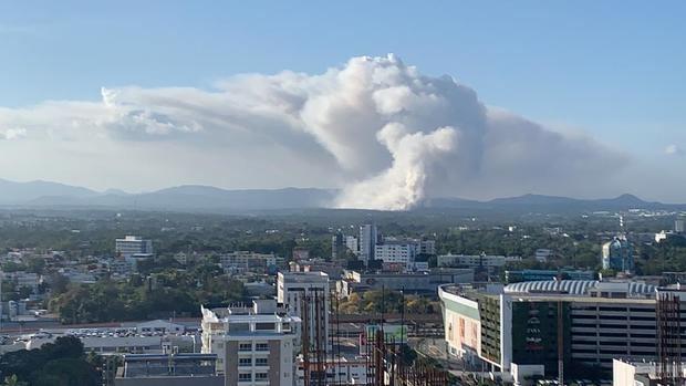 Vista aérea del incendio del vertedero de Duquesa, el humo se traslada a el Distrito Nacional debido a la dirección en que se mueve el viento.