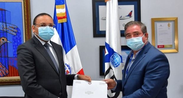 El subdirector general del Instituto Dominicano de Aviación Civil (IDAC) Héctor Porcella junto al encargado de negocios de la embajada de Qatar en la República Dominicana, señor Yasser Al-Abdulla.