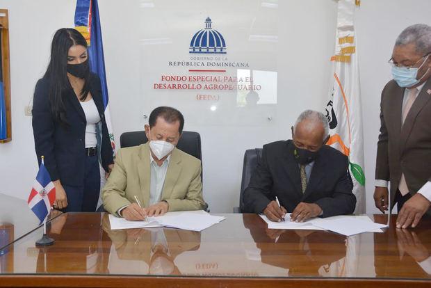 Los directores del FEDA, Efraín Toribio, y del IDIAF, Eladio Arnaud, firman el acuerdo.