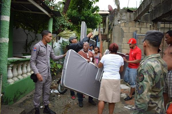 Iris Guaba acude en auxilio de zonas anegadas del DN y Haina