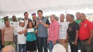 La alcaldía del Distrito Nacional entregó un cheque.
