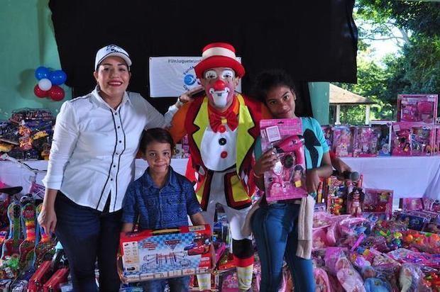 Fundación Ayuda RD entrega juguetes en Santo Domingo Este