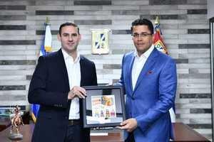 El alcalde de San Salvador, Ernesto Muyshondt, y el alcalde de Santo Domingo, David Collado.