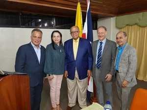Al centro el Dr. José Silié Ruiz y los profesionales invitados.