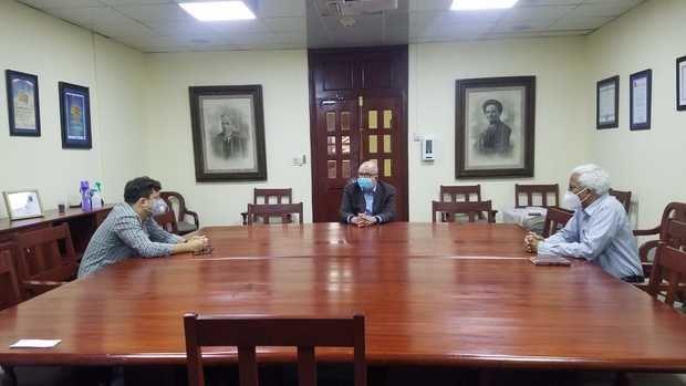 Roberto Cassá, director del AGN  recibió de manos de Alejandro Ruiz Rodríguez-Demorizi, en presencia de José Vílchez.