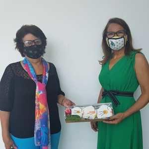 Verónica Sención  recibe 'Mascarillas Solidarias'.