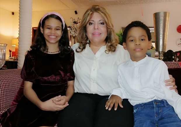 Lucetta Fernández en compañía de sus dos hijos.