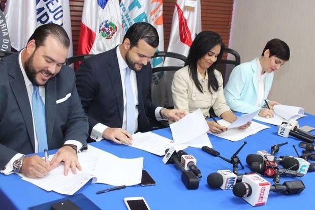 Representantes de las entidades firman acuerdo.