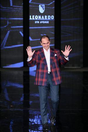 El diseñador Leonardo, en el cierre de su desfile de trajes para el Bridral Week 2020.