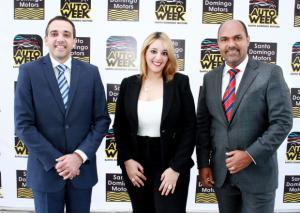 Blas Fernández, gerente general del dealer Santo Domingo Motors; Annya Peña, gerente de  Marketing y Postventa y Sander Marte, gerente de ventas