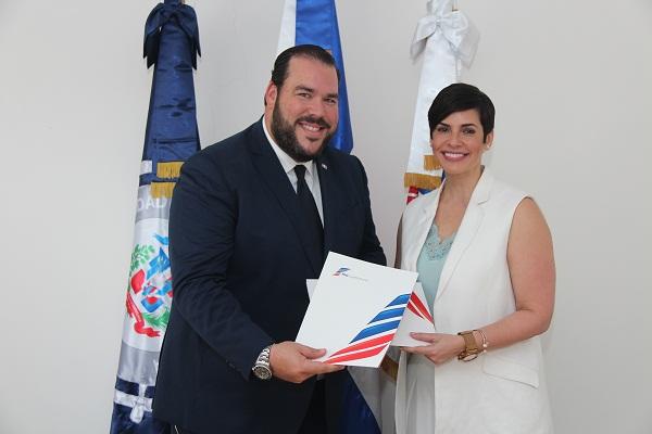 Víctor Gómez Casanova y Yolanda Martínez, presidenta del Consejo Directivo de ProCompetencia