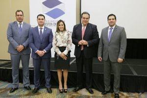 En la imagen, los señores Gustavo Vergara, José Cuervo y Laura Hernández, miembros de la Junta Directiva de la APB, junto al expositor Leonardo Buniak y el presidente de la APB, Manuel Castillo.