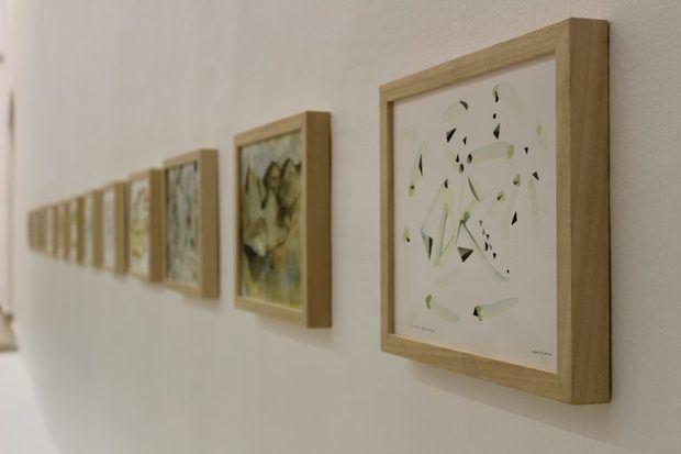 En esta muestra Raúl Recio recrea estos nuevos paisajes; donde nos transporta de la figuración de un hermoso bosque a un conjunto de pequeños puntos de sutil acuarela sobre papel, reduciendo todo a una ineludible simplicidad, una visión de un futuro evitable, al que nos invita a reflexionar desde el arte.