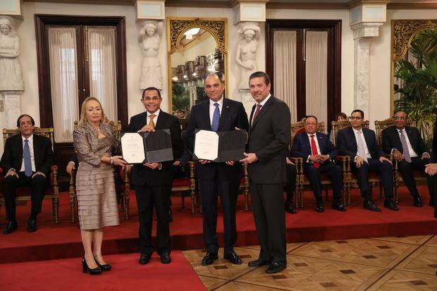El director general del INFOTEP recibe reconocimiento por el aporte de la institución al sector zonas francas.