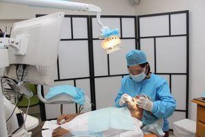 La doctora Bellamire Alevante  con médicos españoles del operativo 33 de implantes dentales en Grupo Odontológico Goda.