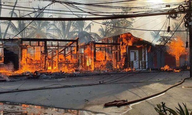 Un voraz incendio destruye locales en Pueblo de los Pescadores, Las Terrenas