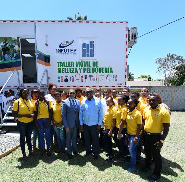 Dorector del Infotep entregó talleres móviles al gobernador de Elías Piña, Juan Alberto Aquino Montero.