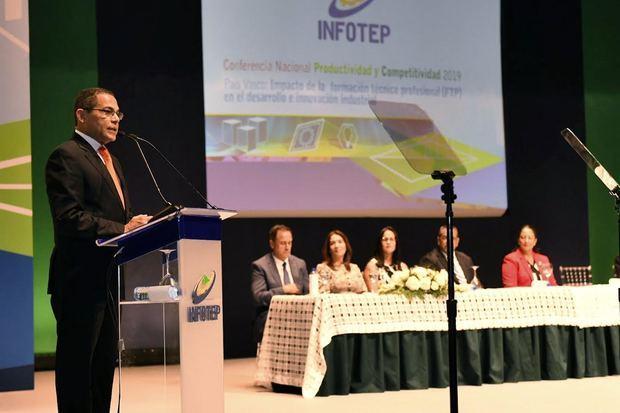 Director general del INFOTEP habla al público asistente a la conferencia realizada en el Gran Teatro del Cibao.