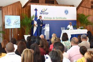Rafael Ovalles se dirige a los presentes en la entrega de certificados a participantes de INAPA.